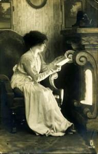 Lesende am Kamin